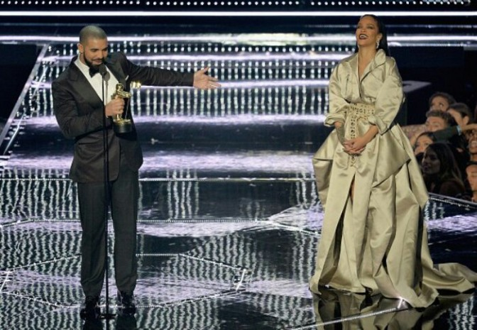 Drake Presents Rihanna With Video Vanguard Award at the VMAs