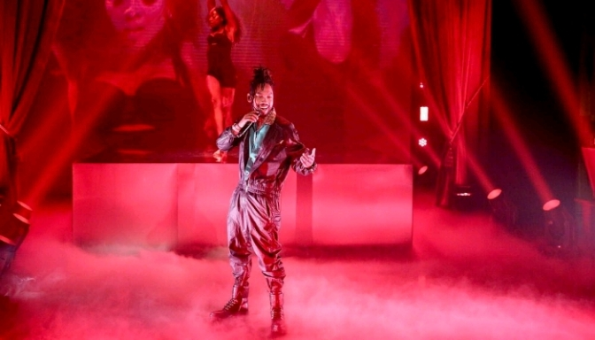 """Miguel Performs """"Come Through and Chill"""" on The Tonight Show"""